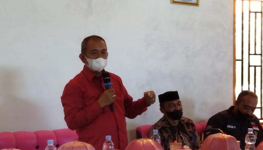 Bupati AIM Serahkan 33 Ekor Kambing untuk Masyarakat Desa Sayoang